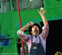 Nelle vie del centro i maestri dell'arte magica di strada