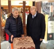 Il Sindaco dona la scultura di cioccolato di Gobino alla comunità 'Casa Aurora'