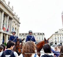 Pattuglia a cavallo in piazza Castello in una giornata di primavera