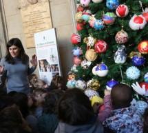 I bimbi delle scuole d'infanzia decorano l'Albero di Palazzo Civico