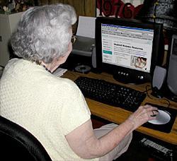 Anziana al PC