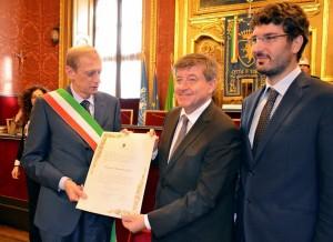 Il momento del conferimento della Cittadinanza onoraria in Sala Rossa con Fassino, Ryde r e Porcino