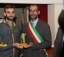 Roberto Finardi riconsegna a Daniele Garozzo l'oro Olimpico di Rio 2016
