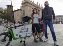 In bici lungo lo Stivale per raccogliere la plastica abbandonata: si conclude a Torino la sfida di Myra Stals