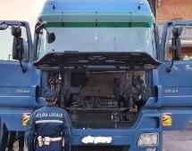 Autotreno con tachigrafo alterato. Multa e ritiro della patente per il conducente che viaggiava risultando a riposo