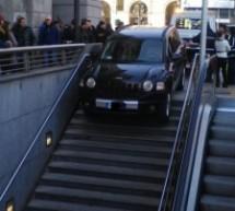 Sbaglia ingresso. La vettura si incastra sugli scalini di accesso alla metro
