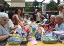Lunghi tavoli, amache e panchine per condividere pranzi e merende in via Negarville
