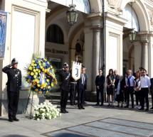 Una corona di fiori per ricordare le vittime di piazza San Carlo