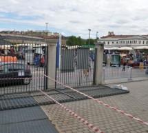 Cede un cancello al mercato ittico di Porta palazzo, due bambini feriti