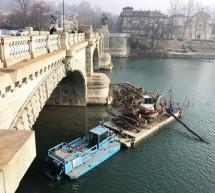 Fiume Po, in corso la rimozione dei tronchi dalle pile dei ponti