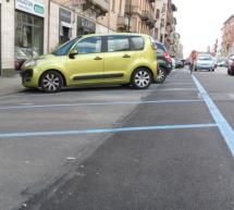 Parcheggio gratuito sulle strisce blu per le persone con disabilità